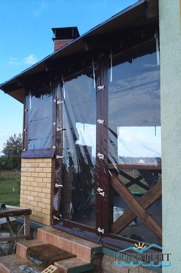 Окна из коричневой виниловой ткани